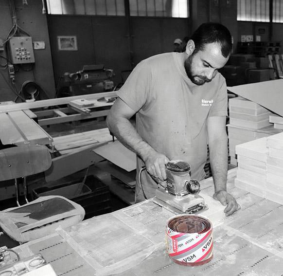 Trabajador de Ilersis lijando con productos de vsm abrasivos